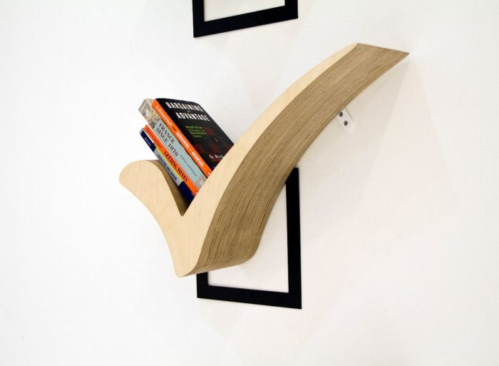 Креативная полка из натуральной древесины в виде галочки.