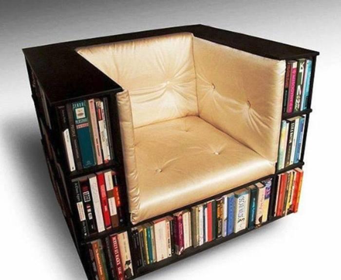 Встроенные в кресло деревянные полки, которые помогут навести порядок в комнате.