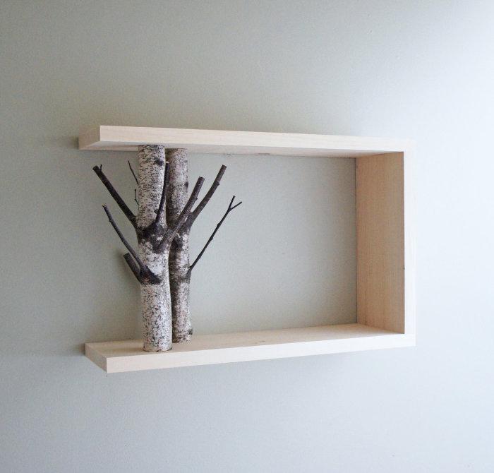 Оригинальное сочетание обработанной и необработанной древесины в интерьере гостиной комнаты.