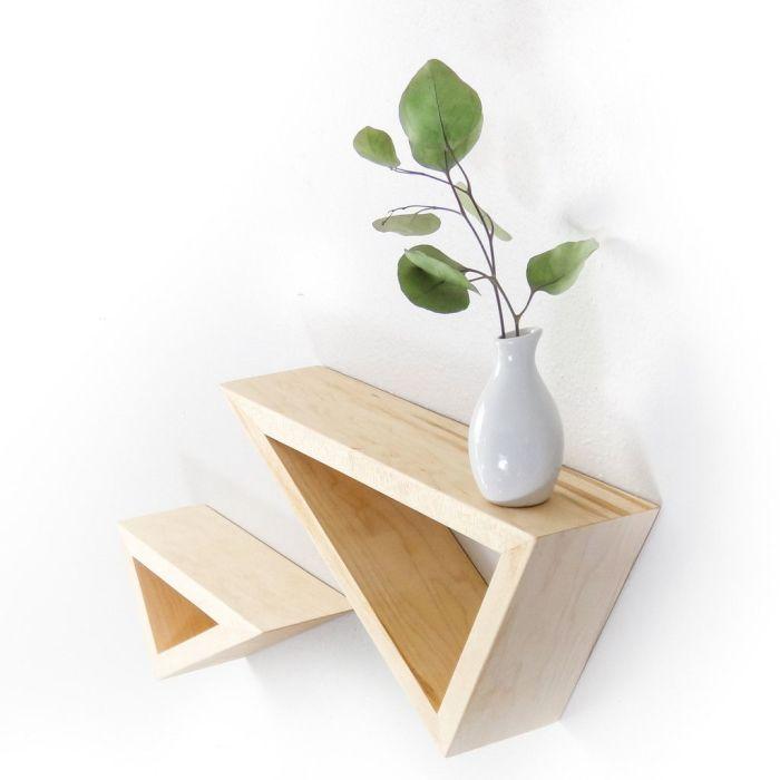 Несколько треугольных полок позволят создать удивительную геометрическую композицию в интерьере.