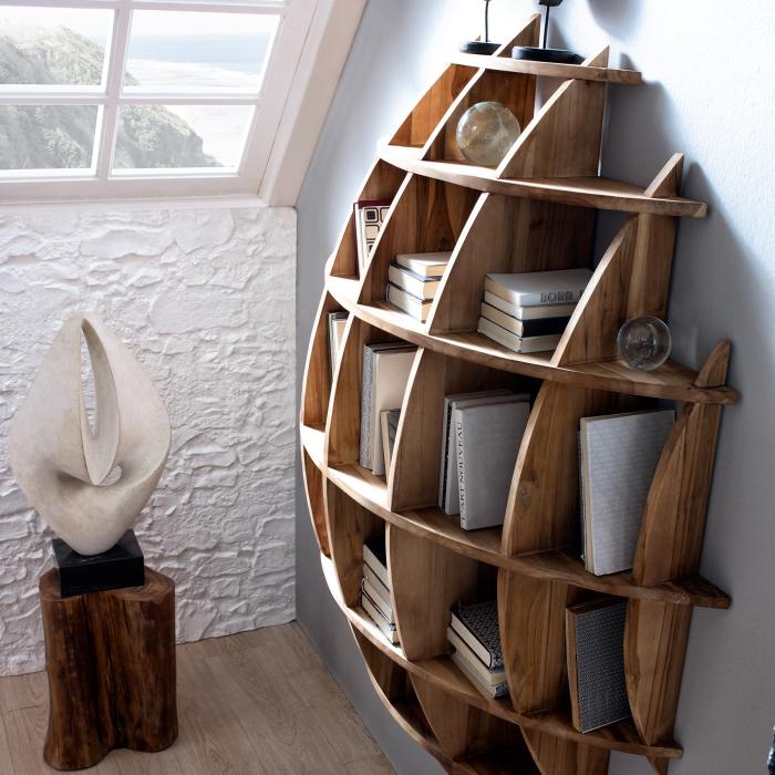Оригинальный стеллаж из тёмной породы древесины, который прекрасно контрастирует с серой стеной.