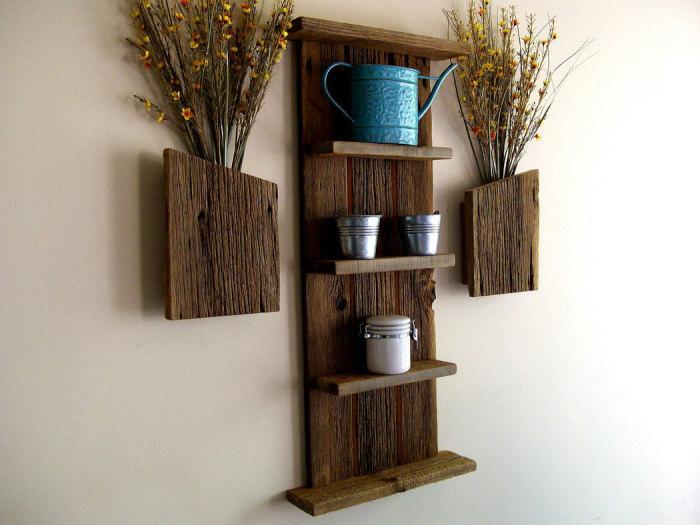 На оригинальных деревянных полках красиво будут смотреться любимые предметы декора.