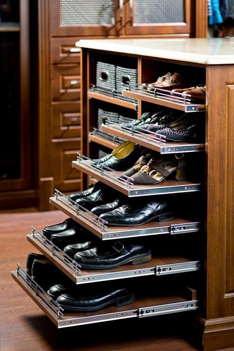 Обувь можно расположить в обычном шкафу с выдвижными полками.