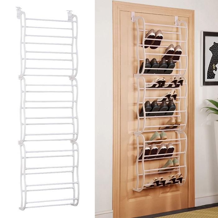 Стеллаж из металлических труб, который можно прикрепить как на дверь, так и на стену.