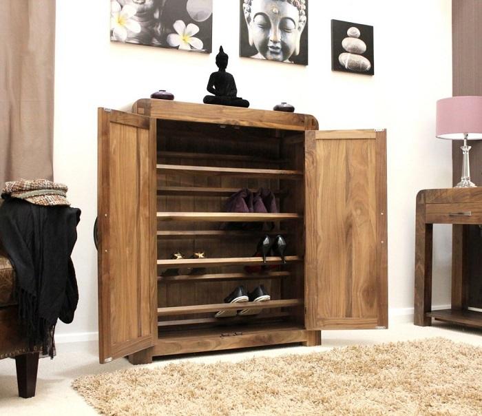 Старый шкаф можно использовать в прихожей для хранения обуви.