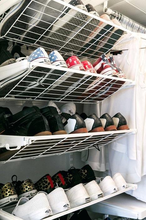 Сегодня компании-производители предлагают разнообразные идеи металлических полок и стеллажей для хранения обуви.