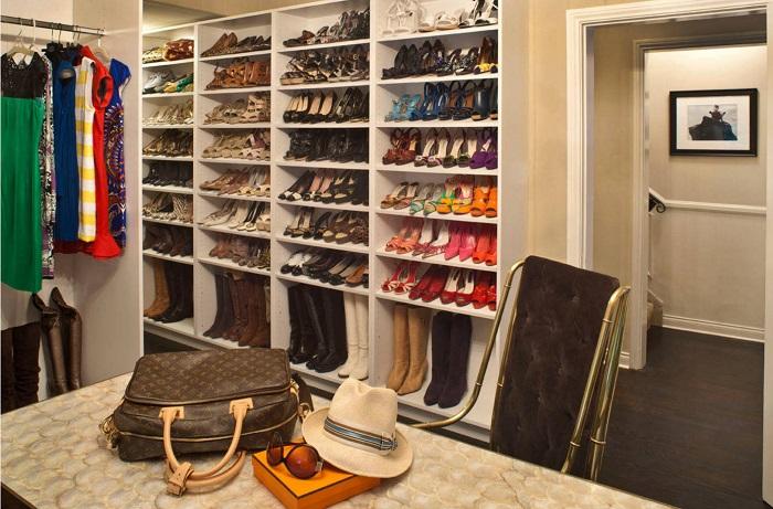 Интерьер помещения с полками и стеллажами для обуви смотрится более аккуратно.