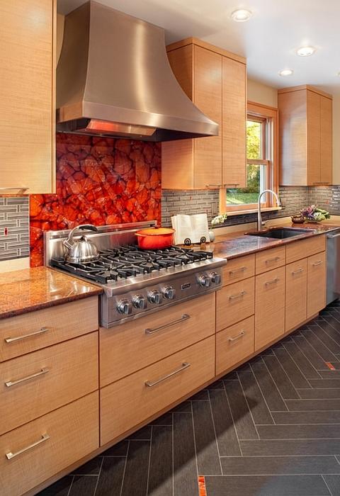 Абстрактный орнамент яркого оттенка на панели из стекла поможет оживить интерьер кухни.