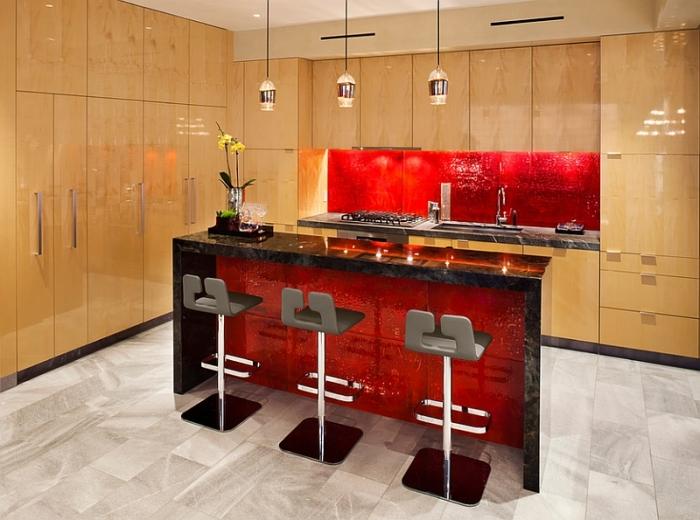Любителям насыщенного красного стоит помнить, что поимо фартука в интерьере должны присутствовать и другие элементы того же цвета.