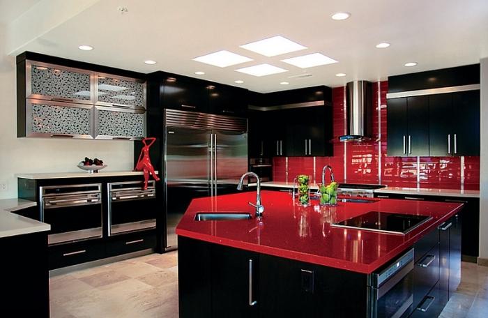 Необычное сочетание яркого глянцевого фартука и столешницы с матовой черной мебелью станет изюминкой вашей кухни.