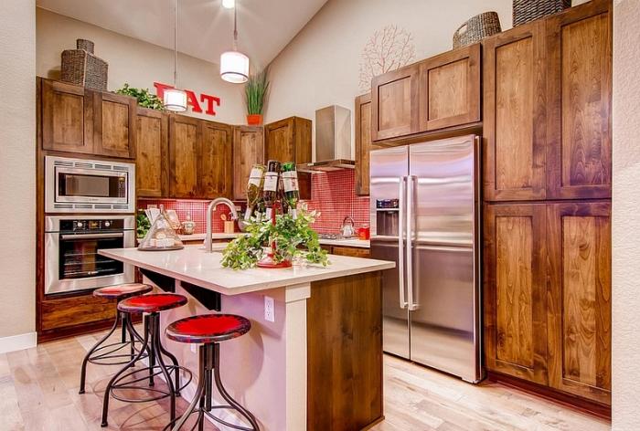 Сочетание красного фартука в мелкую клетку с деревянной мебелью придаст вашему интерьеру уютный деревенский шарм.