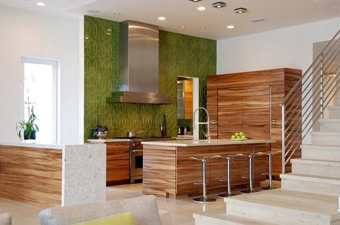 Фартук из плитки успокаивающего зеленого цвета с необычным узором сделает интерьер кухню стильным и современным.