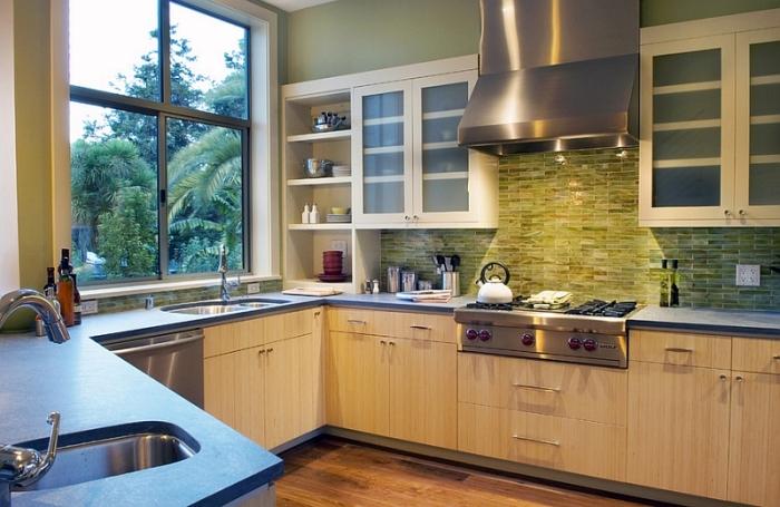 Текстурированный фартук необычного ониксового цвета в интерьере современной кухни.