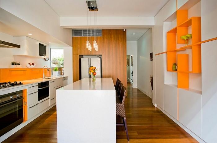 Фартук яркого солнечного цвета в просторной кухне нуждается в дополнительных цветовых акцентах.