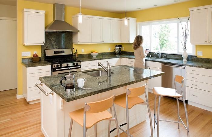 Гармоничная цветовая палитра для кухонного интерьера – горчично-желтый фартук в сочетании с белой мебелью.