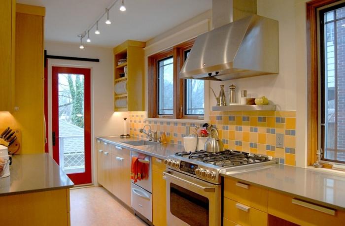 Яркое сочетание желтого и голубого актуально для красивой отделки фартука в современном кухонном интерьере.