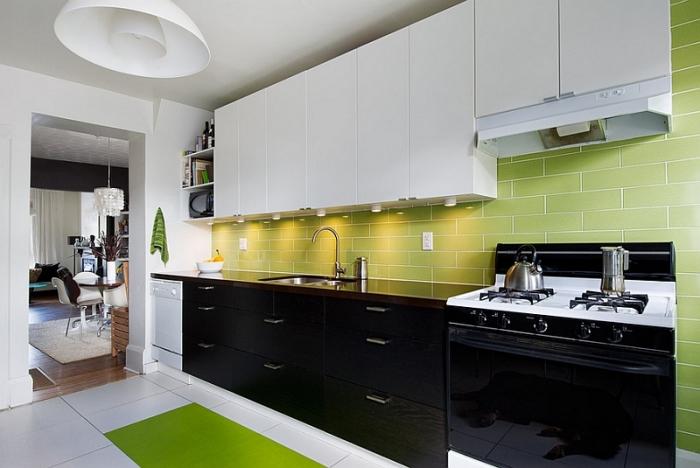 Фартук комфортного для восприятия цвета поможет сгладить резкие контрастные сочетания в кухонном интерьере.