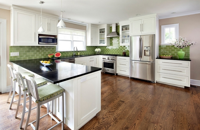 Не стоит отказываться от привычной классической прямоугольной плитки – просто подберите неожиданный оттенок.