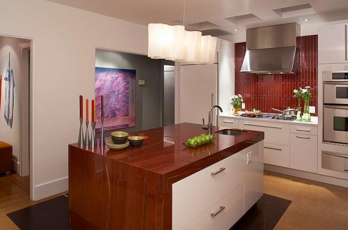 Фартук из плитки насыщенного цвета с выразительным геометрическим узором станет украшением вашей кухни.