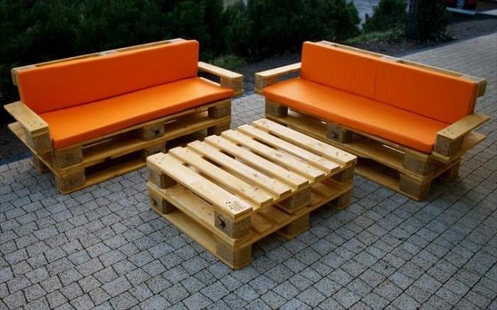 Мебель можно сделать из нескольких поддонов путём укладывания их друг на друга.