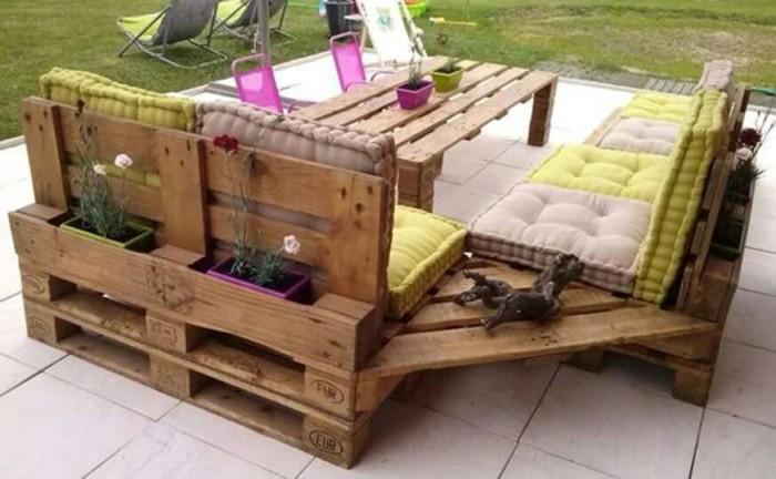 Деревянные поддоны могут быть использованы не только для создания мебели, но и в качестве материала для создания подставок для цветов и растений.