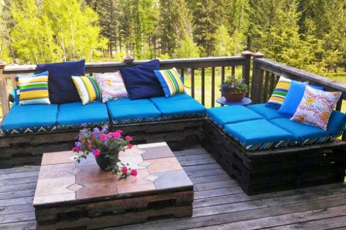 Оригинальный журнальный столик и угловой диван с ретро-эффектом можно создать, используя старые деревянные поддоны.