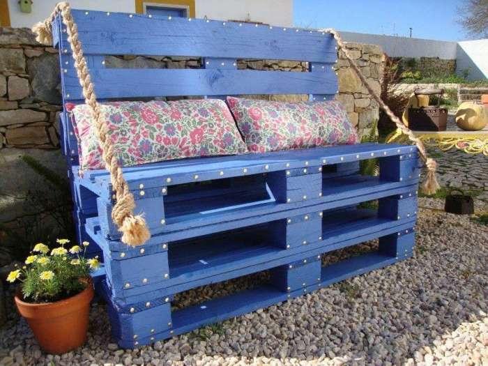 Готовый диван из поддонов можно закончить, положив на него матрас или несколько ярких подушек.