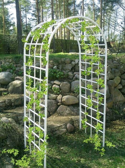 Садовая арка из полиэтилена низкого давления станет украшением абсолютно любого современного приусадебного участка.