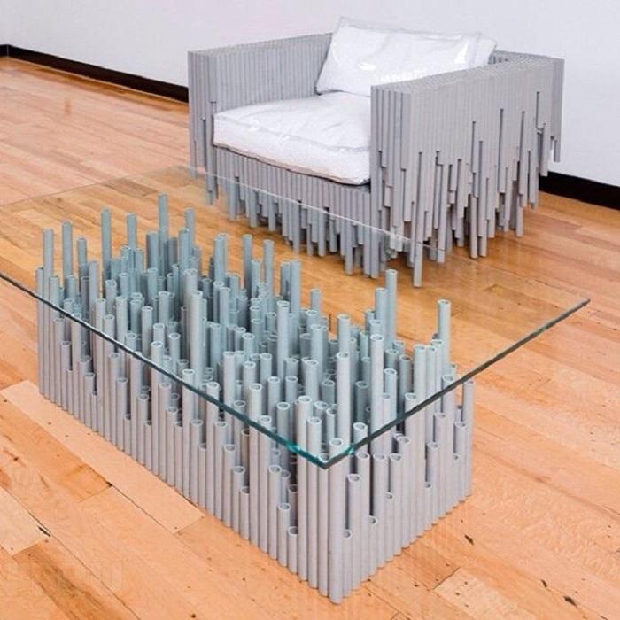 Современный журнальный столик, который сделан из обычных пластиковых труб, скрепленных клеем ПВА и стеклянной столешницы.