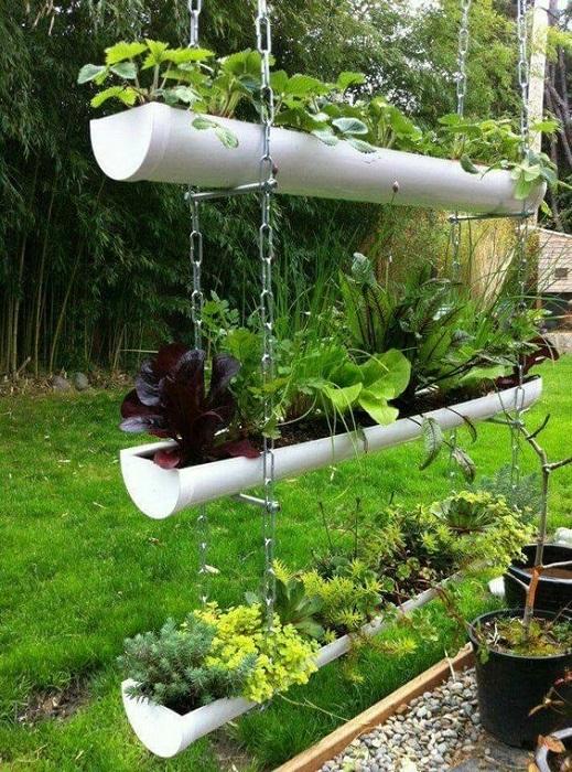 Подвесной огород, изготовленный с помощью ПВХ-труб - оригинальный способ, чтобы использовать свободное пространство вокруг дома, для выращивания цветов и растений.