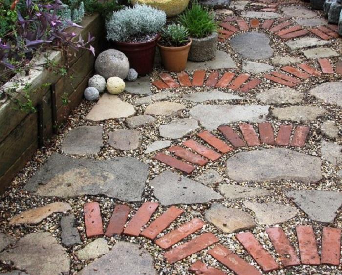 Креативная садовая дорожка, в которой идеально сочетаются натуральный камень и красный кирпич.