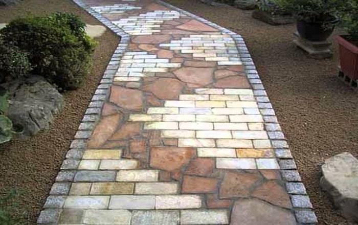 Не скучный вариант садовой дорожки из натуральных аккуратно выложенных камней, между которыми вымощены обычные кирпичи.