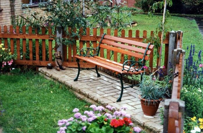 Лучше всего устанавливать скамейку на специально подготовленный подиум, чтобы избежать попадания грунтовой влаги на металлическую поверхность лавочки.