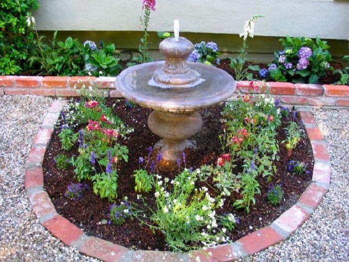 Этот стройматериал можно легко уложить на сухую кладку вровень с садовой дорожкой из белой гальки.
