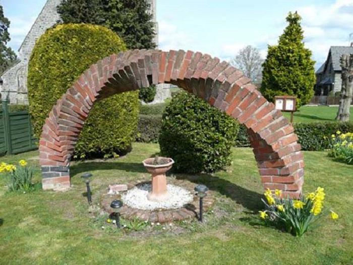 Витая арочная конструкция, которая станет полноценным украшением любого садового участка.