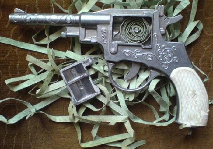 Детский игрушечный пистолет времен СССР.