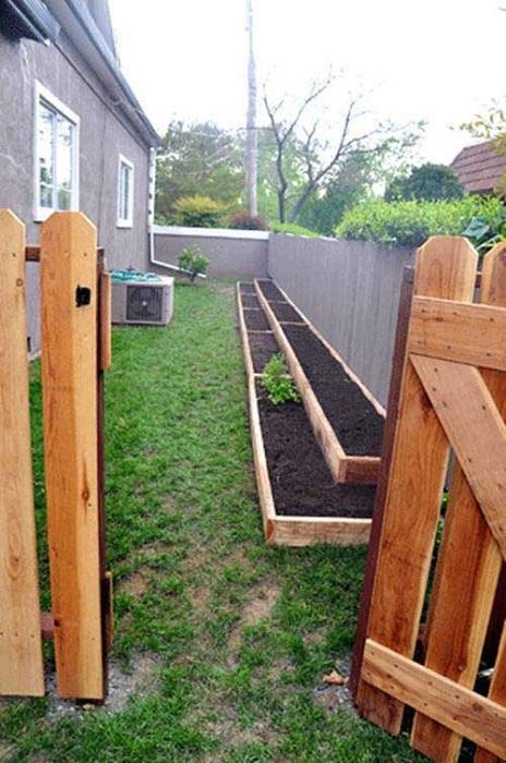 Грядки, огражденные деревянными рейками, станут изысканными украшениями современного садового участка.