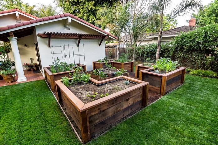 Из старых деревянных реек можно смастерить красивые и удобные грядки для выращивания овощей и зелени.