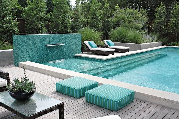 Приятным дополнением рядом с бассейном станет клумба из редких восточных растений и цветов.