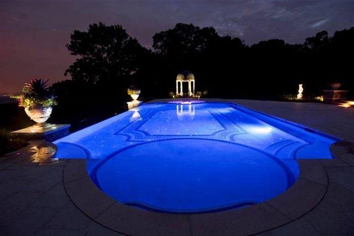 Инновационный метод украшения бассейна, который понравится многим дачникам.