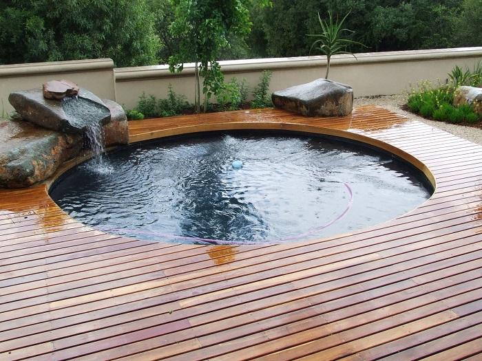 Бассейн окружённый цветами и растениями - это один из лучших способов расслабиться после тяжелого дня.