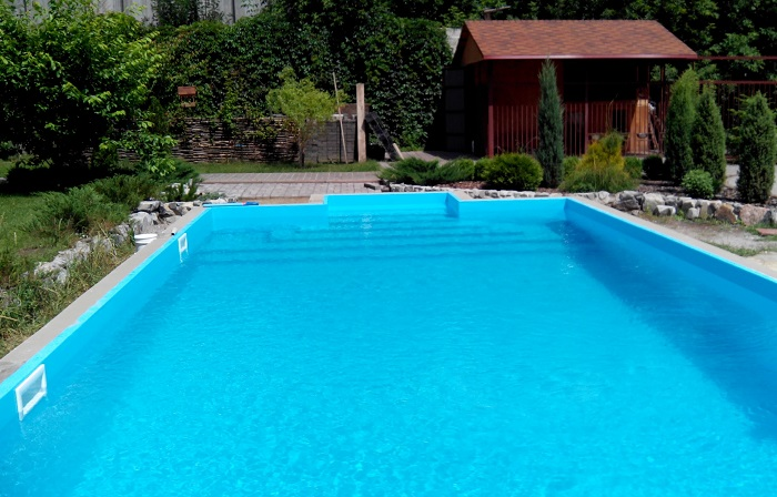 Небольшие альпинарии можно соорудить возле бассейна, что придаст ему ощущение завершённости.