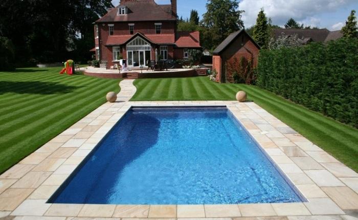Для украшения придомовой территории и пространства вокруг бассейна можно использовать в качестве украшения полимерную траву.