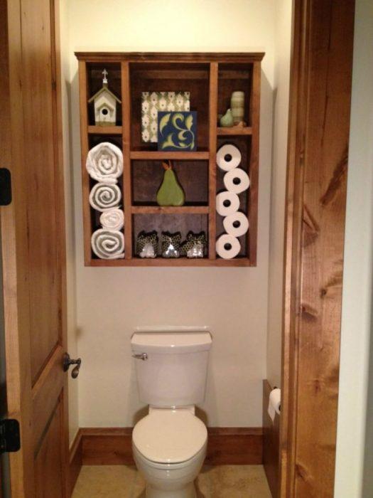 Открытый шкафчик, подвешенный над унитазом, создает дополнительное место для хранения полезных мелочей.