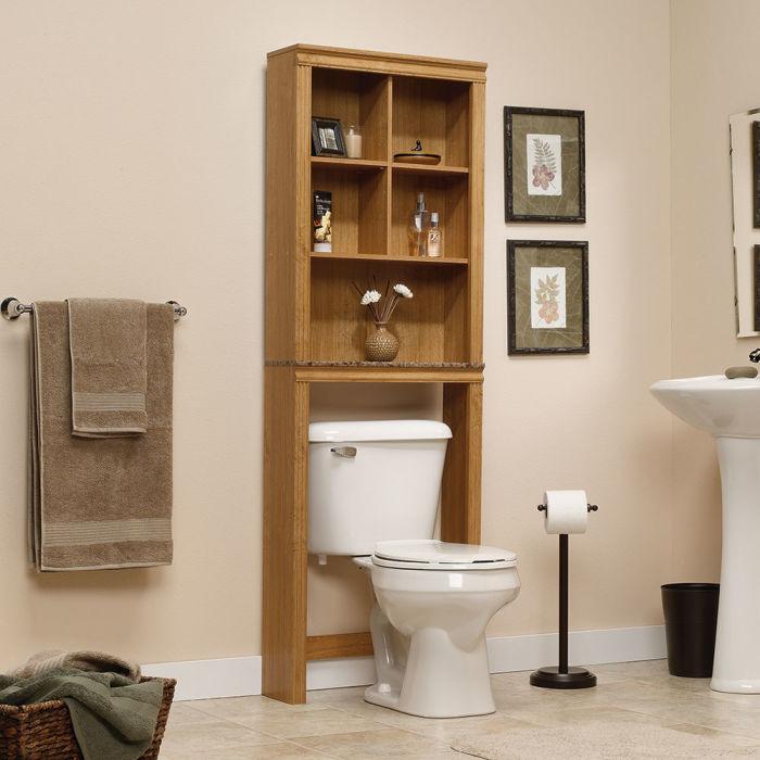 Вместительный стеллаж из светлой и недорогой древесины будет очень гармонично смотреться в светлой ванной комнате.