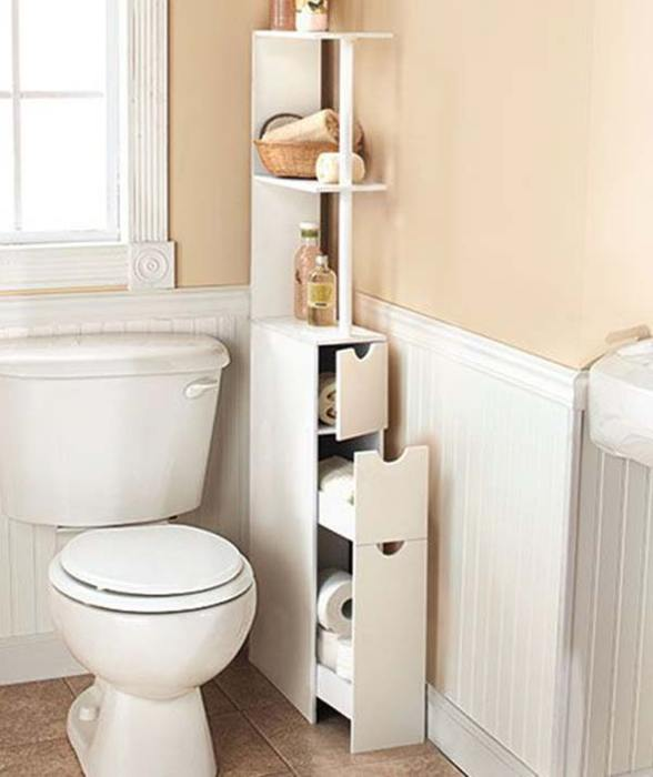 При грамотном расположении классический деревянный стеллаж может превратить банальную ванную комнату в настоящий шедевр.