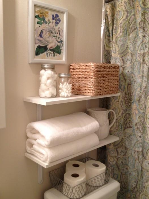 Традиционные подвесные полки для ванной комнаты, которые можно использовать для хранения различных вещей.