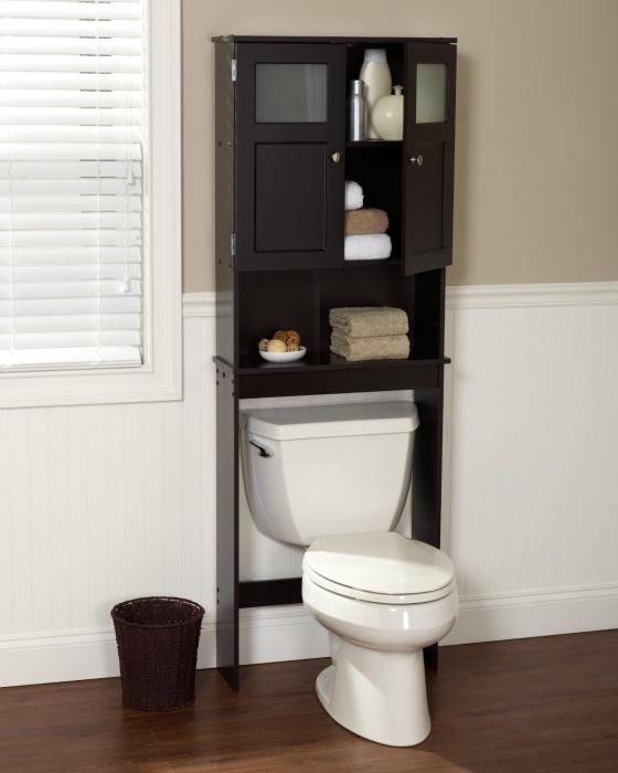 Стеллаж в интерьере ванной комнаты может играть не только функциональную роль, но и может украсить помещение.