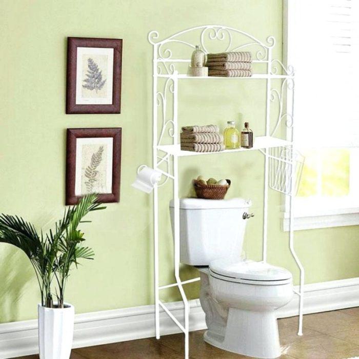 Кованый стеллаж - это идеальное решение для небольшой туалетной комнаты.