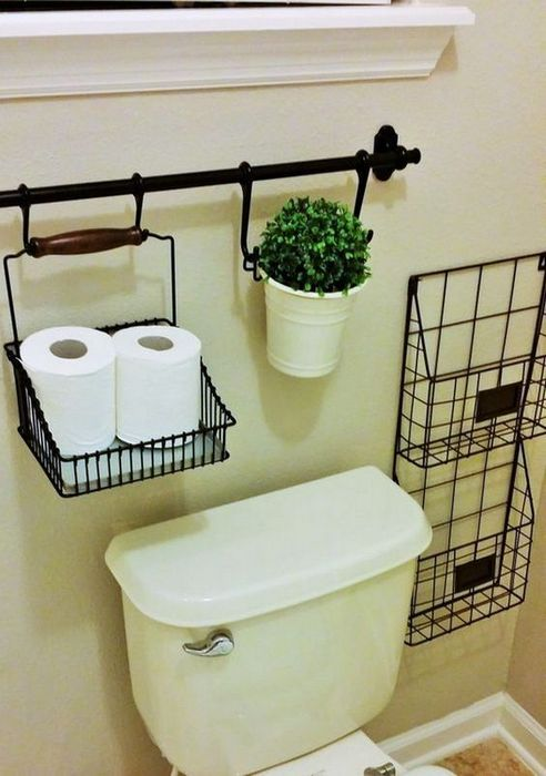 Простой металлический органайзер, который идеально подойдёт для хранения хозтоваров и ванных принадлежностей.